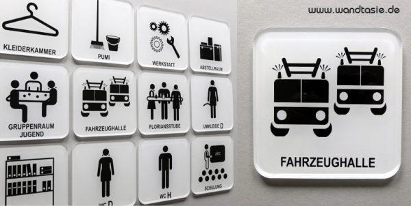 Türschilder mit Symbolen für die Feuerwehr.